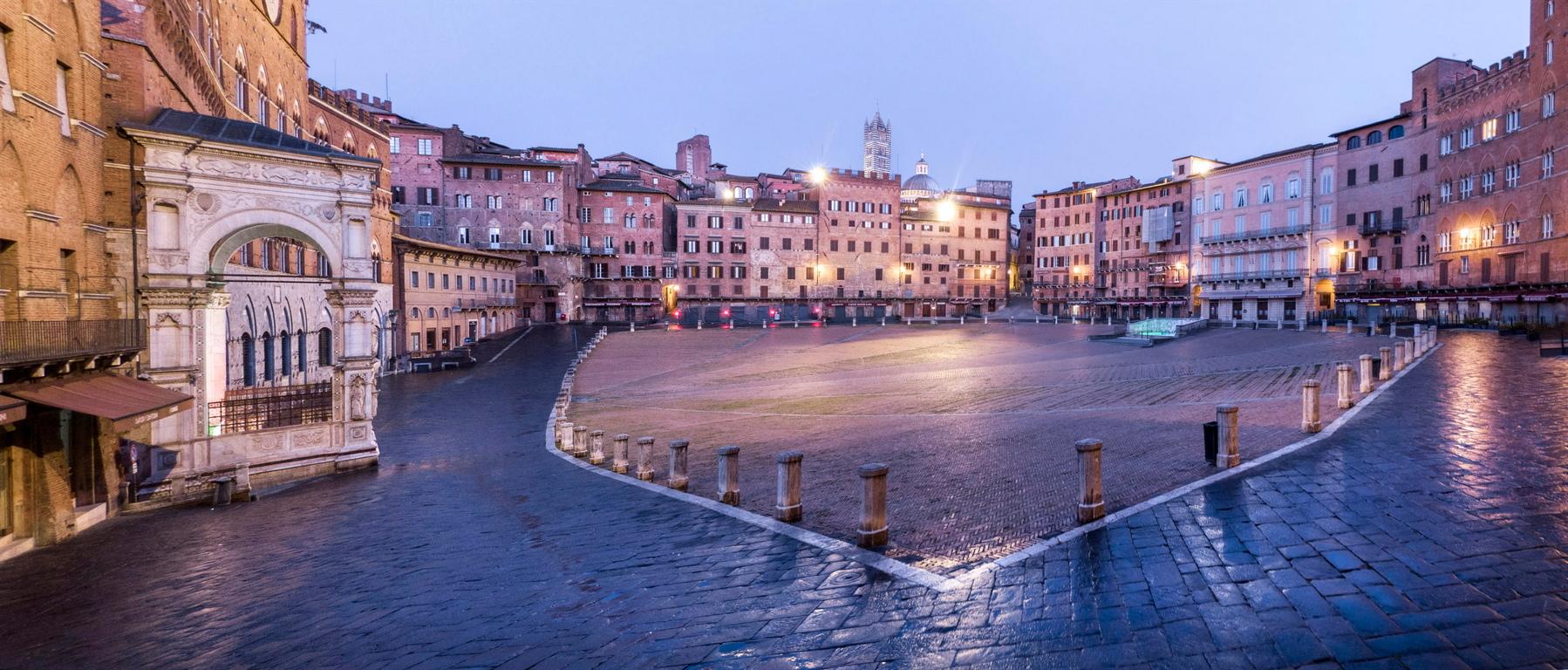 <p>В центъра на Сиена се намират две от емблемите на града, а именно - Площадът Пиаца дел Кампо и Палацо Публико.</p>