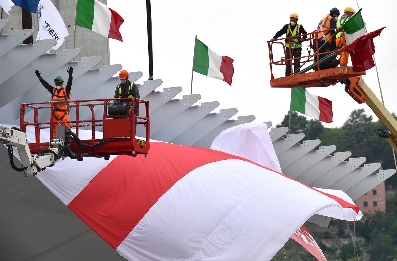 <p>Сирените на пристанището придружиха тези на строителната площадка на новия мост, докато последната част достигна височината на новата инфраструктура.</p>