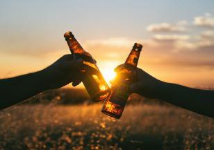 Алкохолните напитки, които да избягваме през лятото
