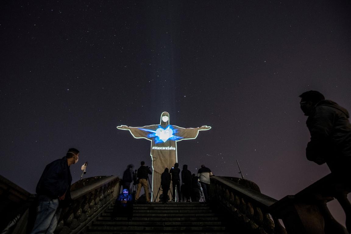<p>Преди няколко седмици върху статуята беше проектирано светлинно шоу, в чест на здравните работници по света</p>