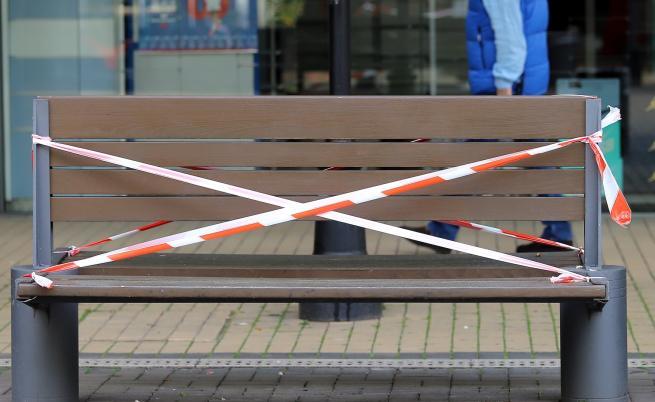 Стотици нарушават забраната за седене по пейките в София