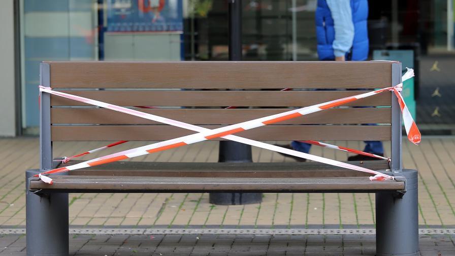 <p>Стотици нарушават забраната за седене по пейките в София</p>