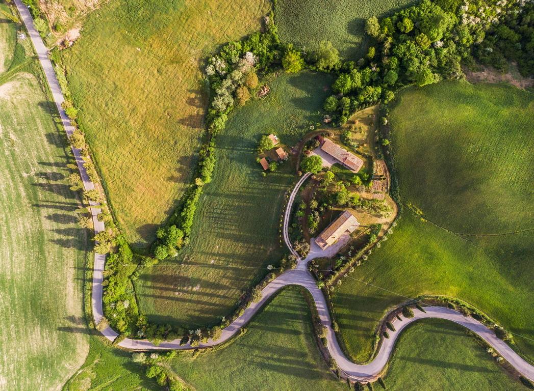 <p>Живописни градове като Пиенца, до 1462 г. градчето е бил само малко село с името Корсиняно. В това село е роден в 1405 г. Енеа Силвио Пиколомини, който по-късно става папа Пий II. Той решава да превърне своето бедно малко родно село в нов град и създава новия център Пиенца по ренесансов стил.</p>  <p>&nbsp;</p>