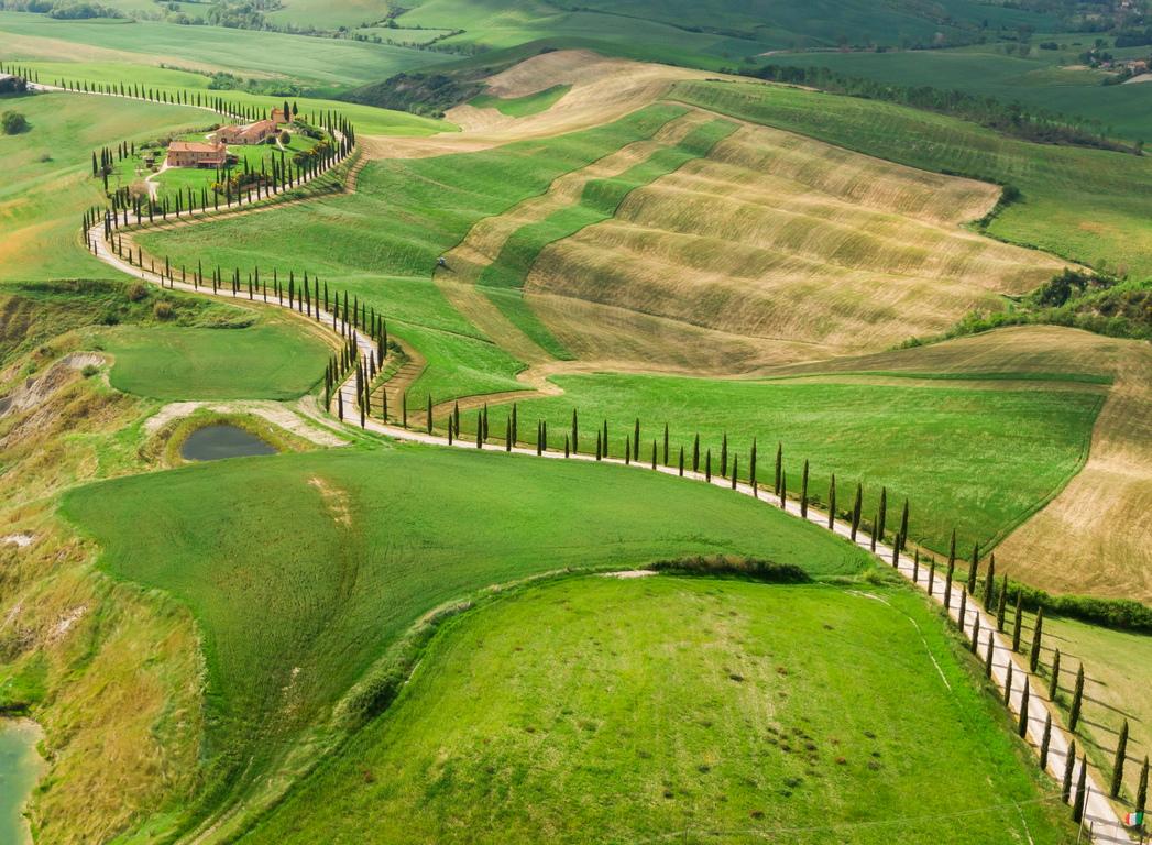 <p>Този район на Тоскана може да се похвали с безкрайни хълмове, покрити със зърно или слънчогледи, богата зелена долина, която обхваща река Орсия, от която зоната получава своето име и лозята за прочутите вина на Брунело</p>