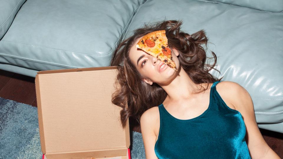 жена пица