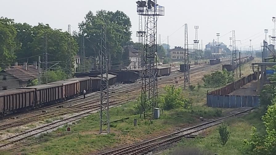Товарен влак дерайлира край Нова Загора (СНИМКИ)