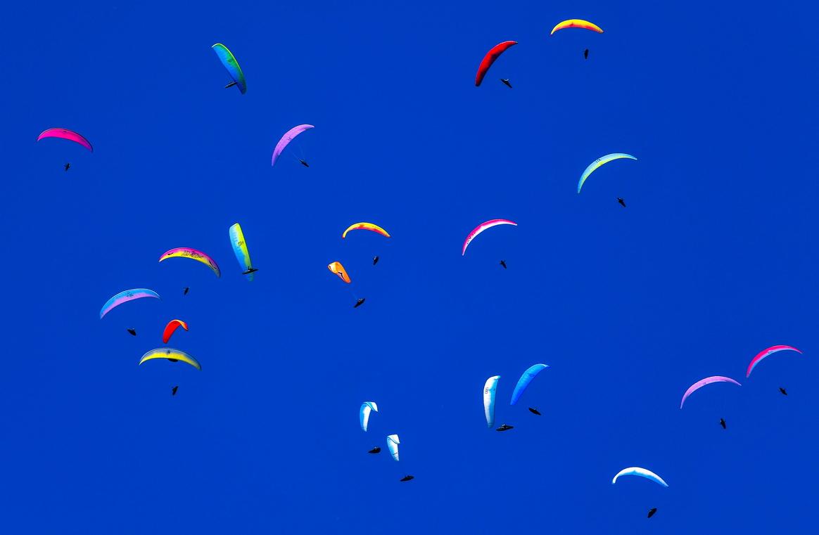 <p>Синьото присъства в небесната дъга, разпознаваем е от човека предимно в цвета на небето и морето, синьото се свързва с открити пространства, свобода, дълбочина и мъдрост.</p>