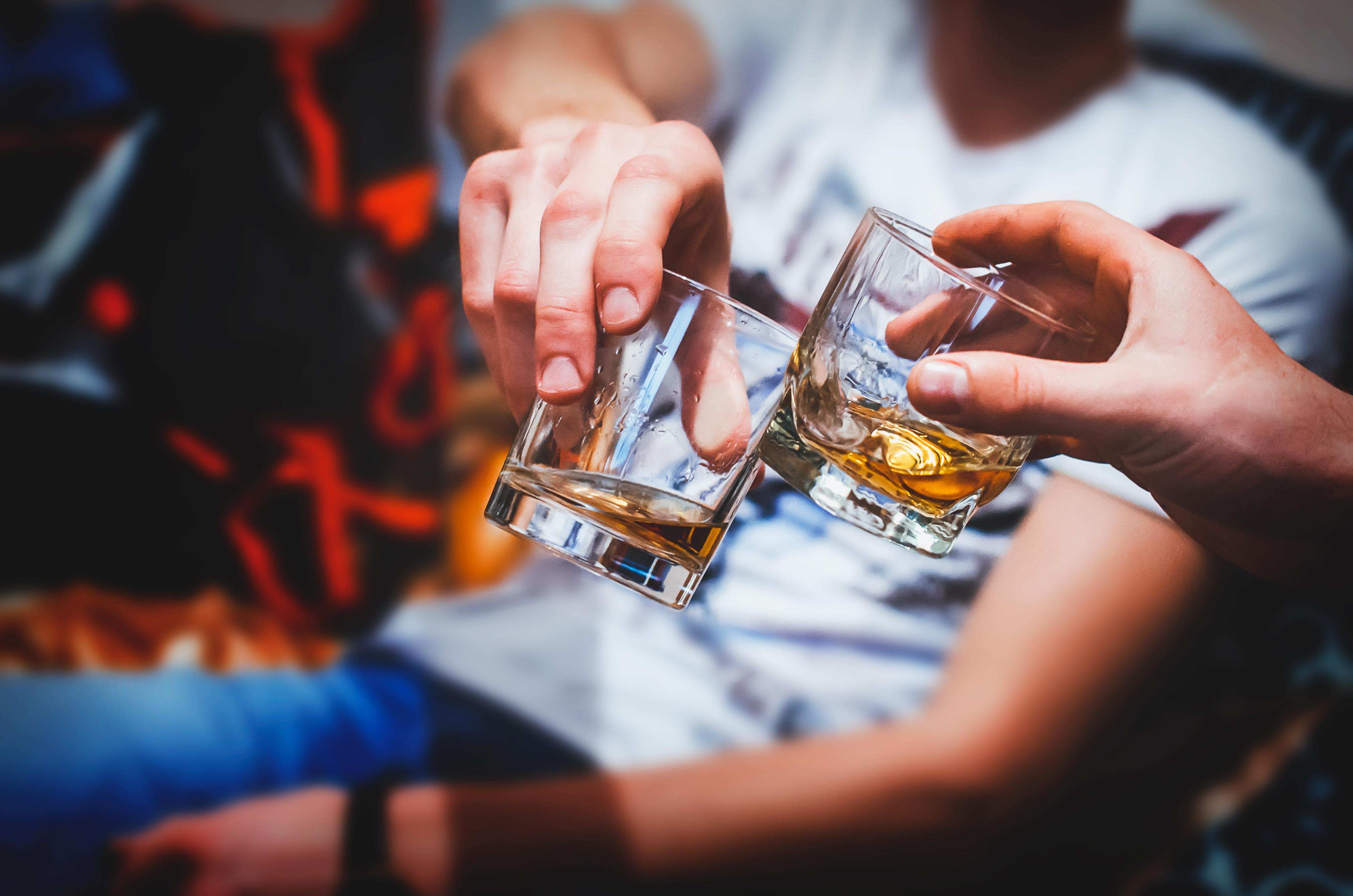 <p>8. Прекалявате с алкохола Алкохолът е известен със своя стимулиращ апетита ефект. Той може да възпрепятства хормоните, които намаляват апетита, като лептин, особено когато се консумира преди или по време на хранене. Поради тази причина може да се чувствате гладни често, ако пиете твърде много алкохол. Освен, че алкохолът ви прави по-гладни, той може да увреди частта от мозъка, която контролира преценката и самоконтрола. Това може да ви накара да ядете повече, независимо колко сте гладни.</p>