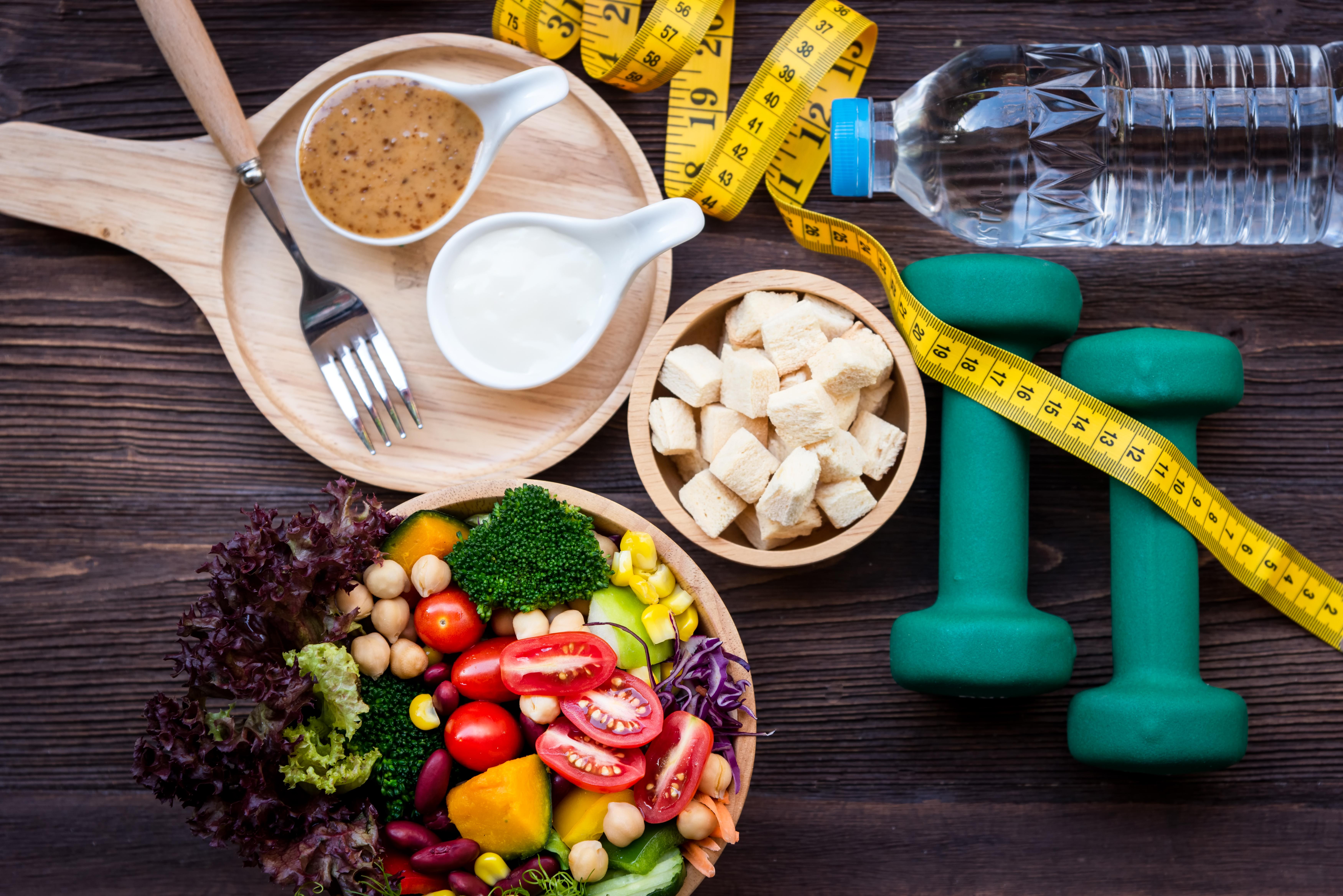 <p>6. Съобразявате се предимно с приетите калории, а не с макронутриентите Не калориите засищат глада, а хранителните вещества - протеини, въглехидрати, мазнини и фибри. За съжаление, консумирайки твърде много рафинирани въглехидрати, лишавате организма си от качествена храна и запълвате тялото си с &quot;празни&quot; калории. Затова и тялото ви започва да търси повече и повече храна. А крайният резултат - гладен, с бавен метаболизъм човек, който е твърде вероятно да се нахвърли върху всяка тестена закуска или вафла, оставена в шкафа.</p>