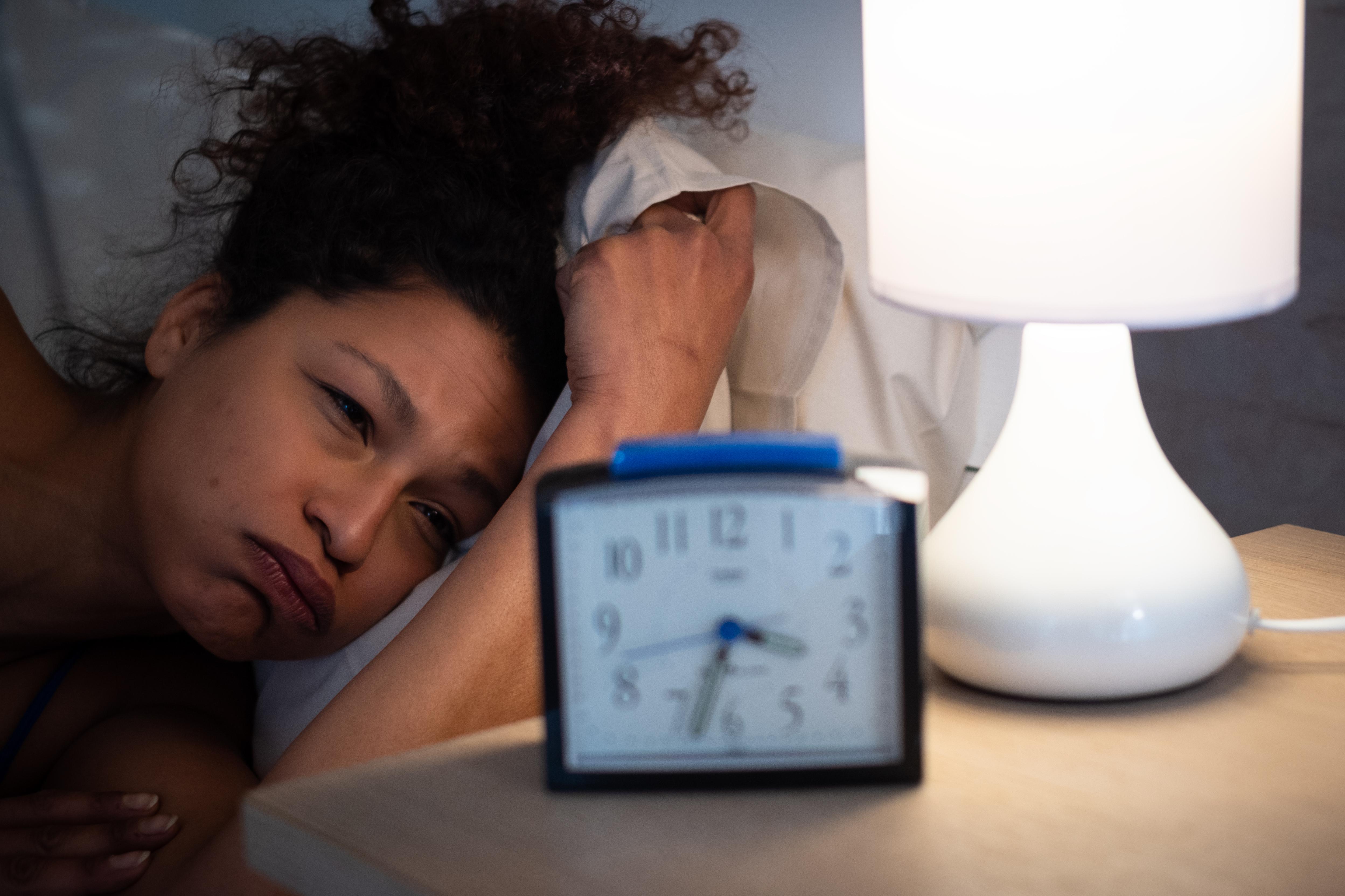 <p>5. Не спите достатъчно Адекватното количесвто сън е изключително важено за вашето здраве. Сънят се изисква за правилното функциониране на мозъка и имунната система и е свързан с по-нисък риск от хронични заболявания, включително сърдечни заболявания и рак. Освен това, набавянето надостатъчно сън е фактор за контролиране на апетита, тъй като помага да се регулира грелинът, хормонът, стимулиращ апетита. Липсата на сън води до по-високи нива на грелин, поради което може да се чувствате по-гладни, когато не сте спали достатъчно. Получаването на достатъчно сън също помага да се осигурят адекватни нива на лептин, това е хормона, който насърчава чувството на ситост.</p>