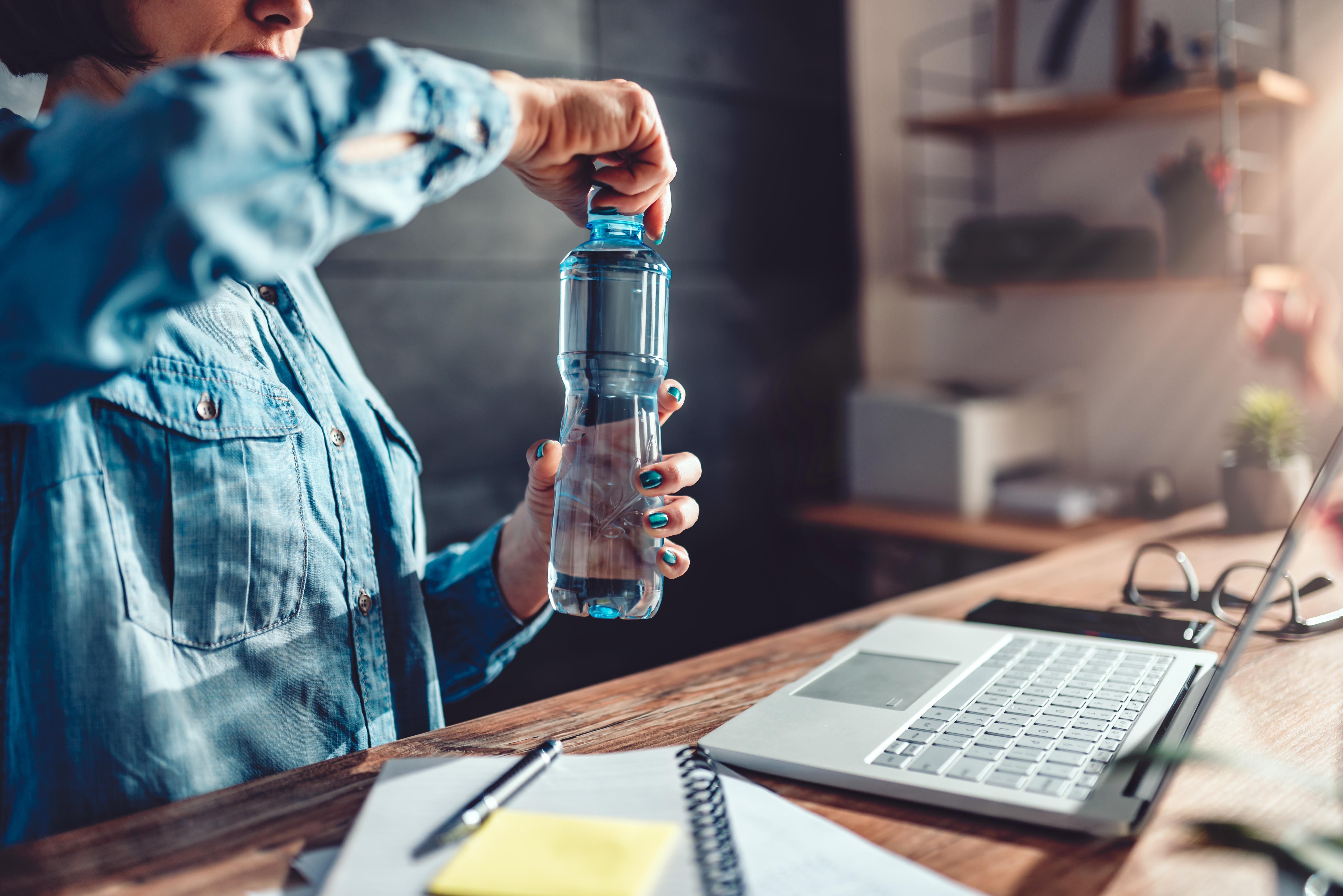 <p>2. Не пиете достатъчно вода Хидратацията е изключително важна за цялостното ви здраве. Пиенето на достатъчно вода има няколко ползи за здравето, включително насърчаване на здравето на мозъка и сърцето и оптимизиране на физическите дейности. Освен това водата поддържа кожата и храносмилателната система здрави.</p>