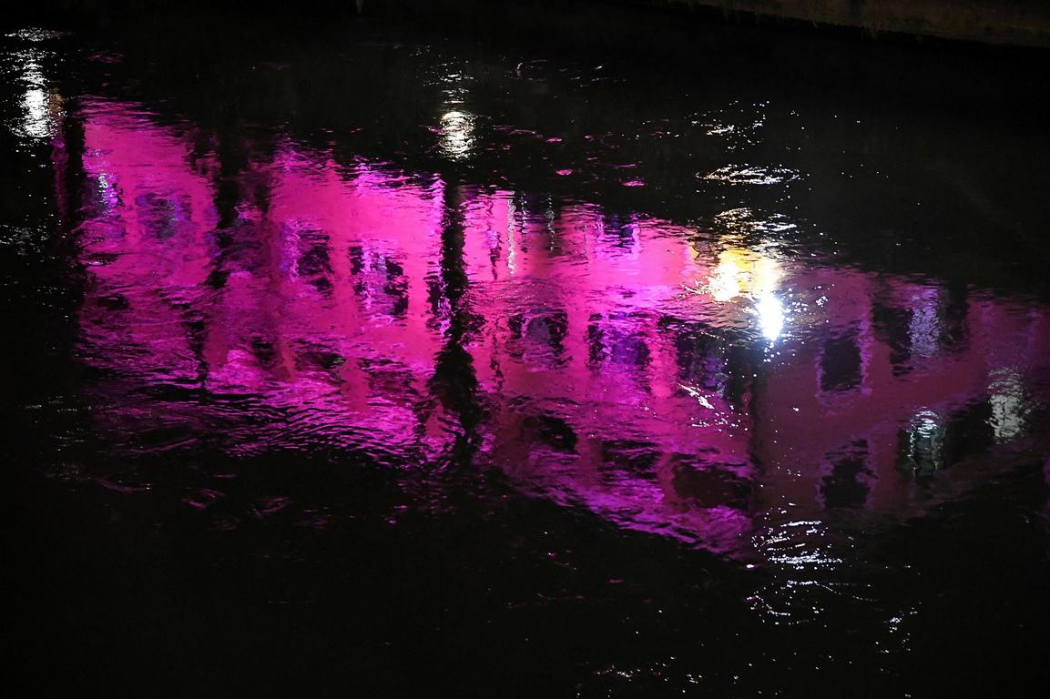 <p>Розовото е второстепенен цвят от бялата слънчева светлина, намиращ се в амплитудата на червения тон, разпознаваем от човека предимно в цветовете на някои ябълки, рози и др.</p>