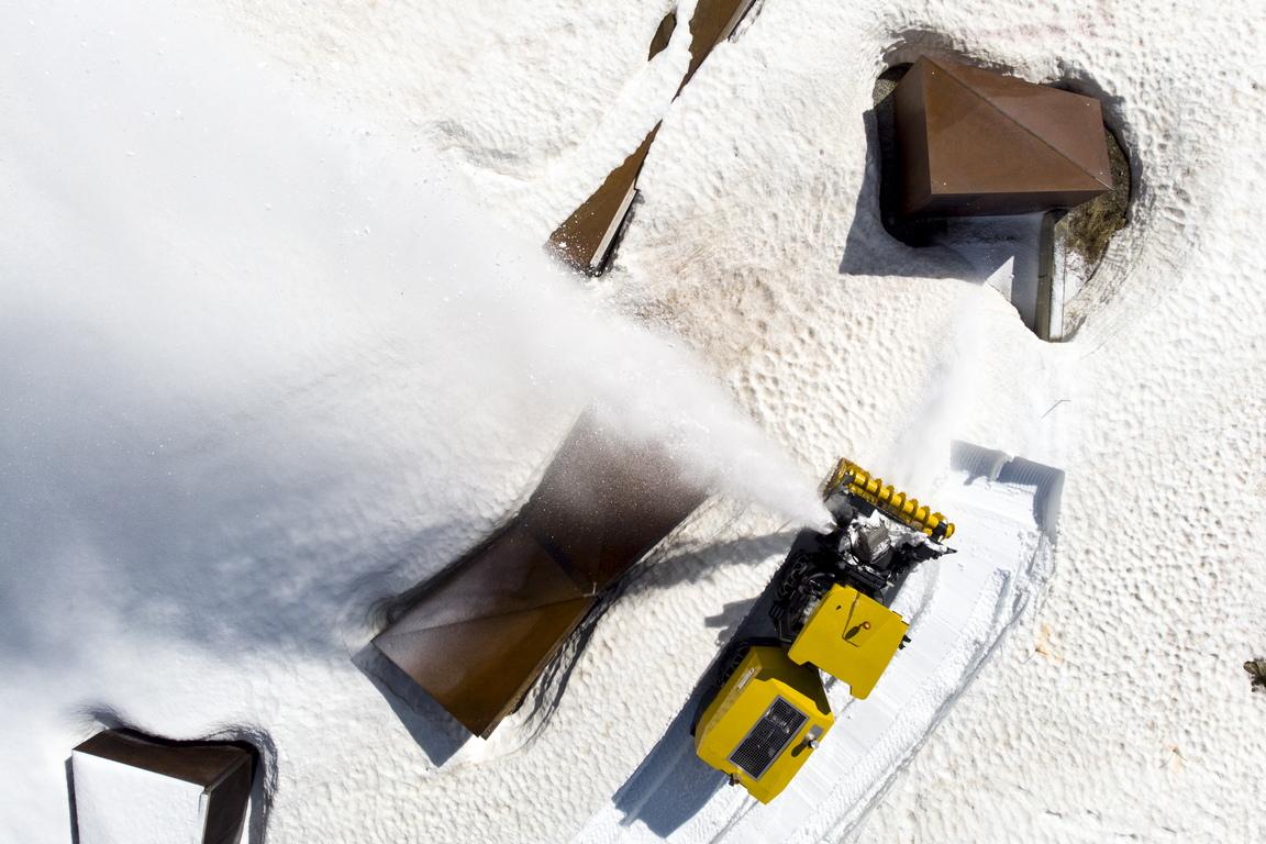 <p><br /> Роторни снегорини по време на подготовката за откриването на живописните алпийски проходи в Швейцария</p>