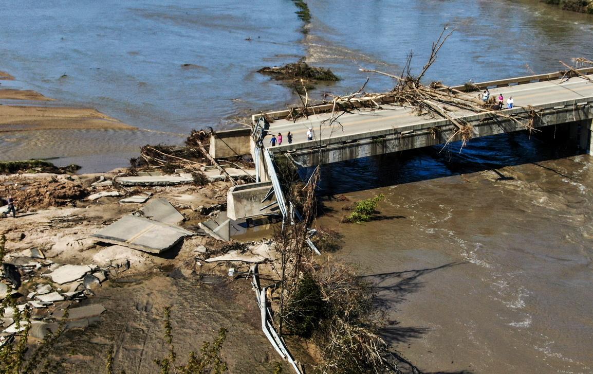 <p>Повече от 50 пътя в района на аварията са блокирани. Две училища да били отворени, за да служат като подслон на евакуираните в лошото време в района.</p>