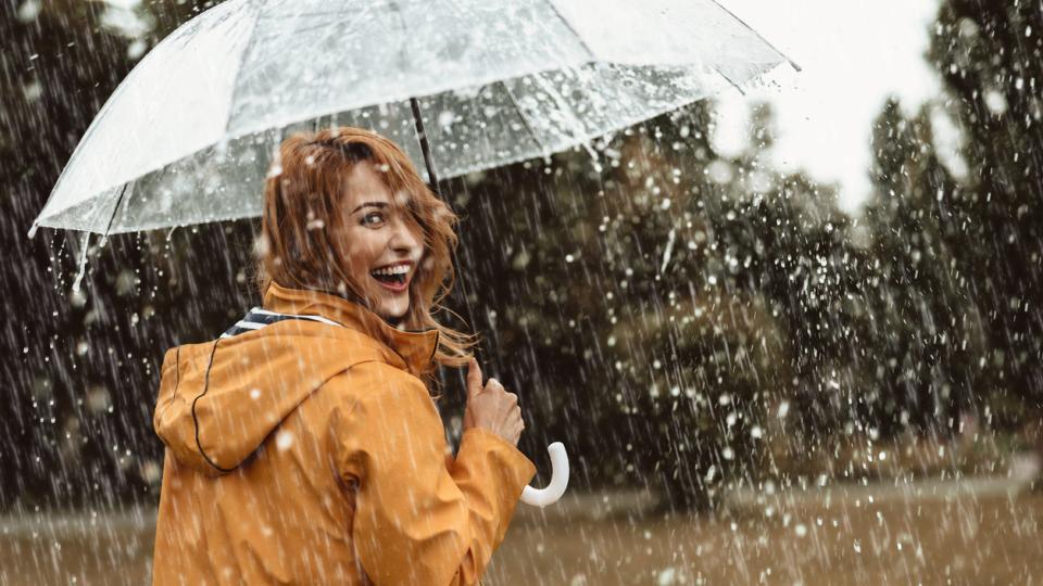 жена дъжд усмивка щастие чадър
