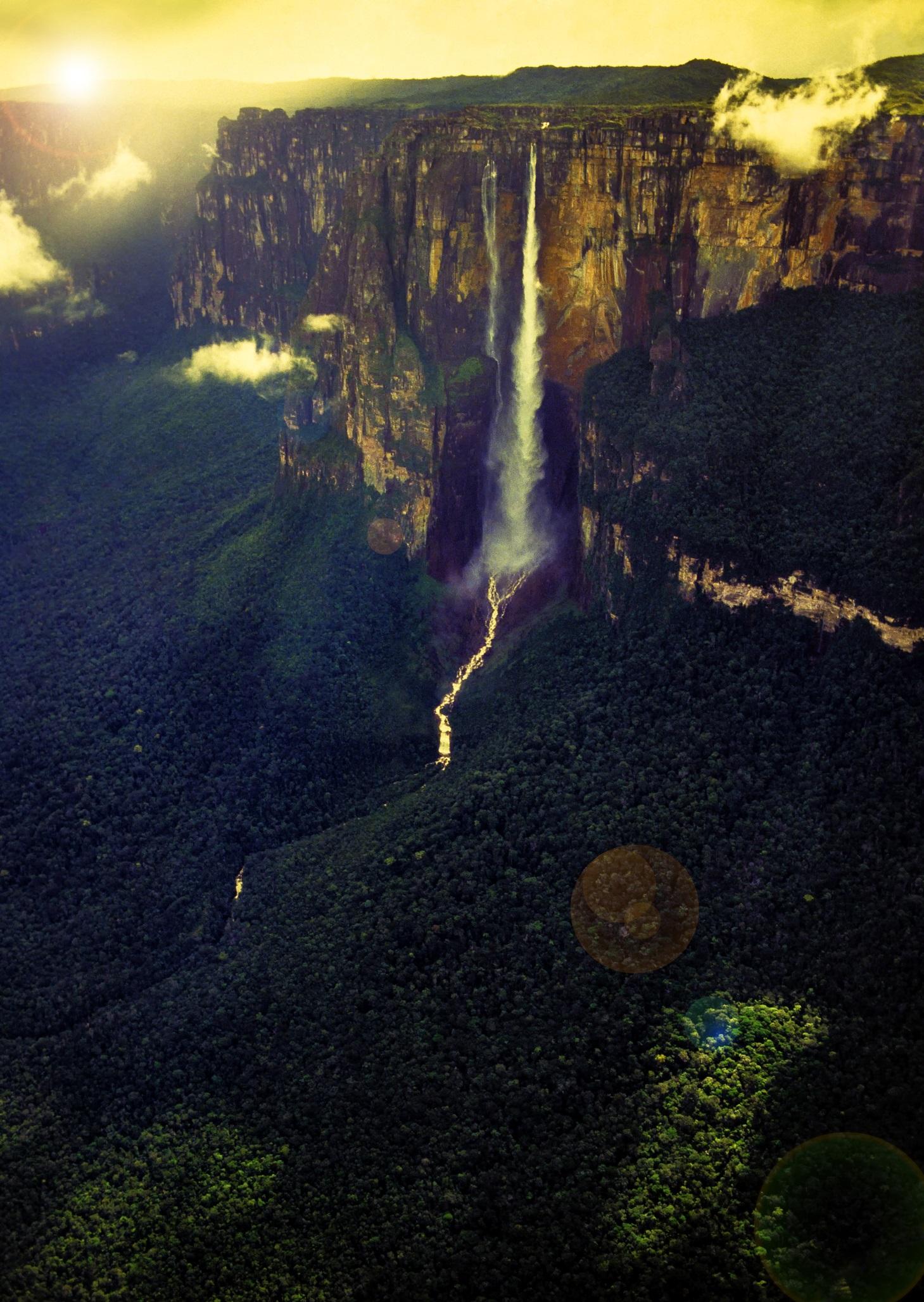 <p><strong>Анхел, Венецуела</strong></p>  <p>Със своите 979 метра Анхел е най-високият водопад в света. Намира се във Венецуела по течението на река Рио Чурун, приток на Ориноко. Падайки от такава голяма височина, водата се разпръсва на малки капчици. Анхел е трудно достъпен, до него може да се стигне само със самолет или с корабче. Пътуването до него по вода продължава цял ден.</p>