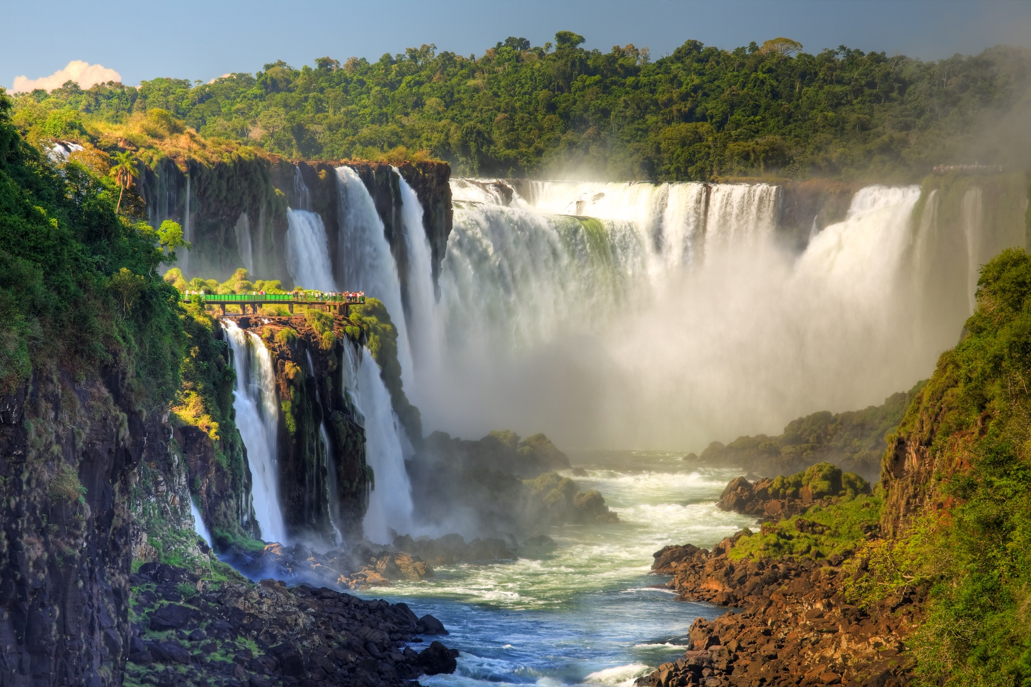 <p><strong>Игуасу, Бразилия и Аржентина</strong></p>  <p>Група от 275 водопада, носеща името Игуасу, разделят Бразилия и Аржентина. И това чудо на природата е обявено за световно културно и природно наследство. Множество пътеки водят до самите водни маси, изчезващи с оглушителен грохот в бездна с размери 700 на 150 метра.</p>