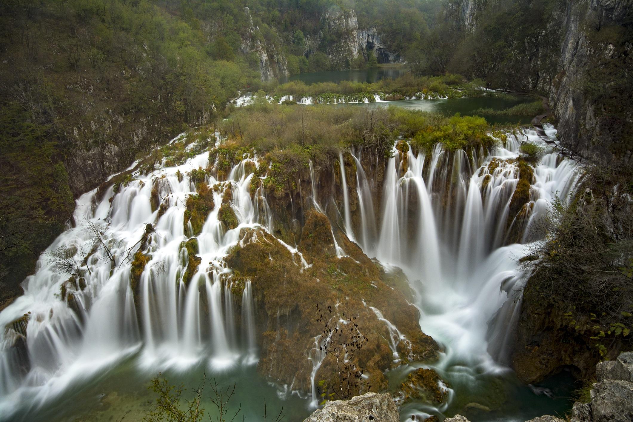 <p><strong>Национален парк Плитвички езера, Хърватия</strong></p>  <p>Националният парк Плитвички езера също е включен в списъка на ЮНЕСКО със световното културно и природно наследство. Около групата водопади терасовидно са разположени 16 езера. До тях посетителите могат да стигнат по планински пътеки, с лодка или с туристическо влакче.</p>