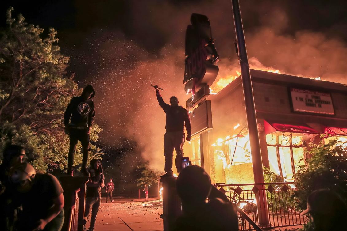 <p>Протестиращите обградиха полицейското управление, където бе задържан Флойд. Някои от демонстрантите успяха да влязат вътре в сградата и да я запалят.</p>