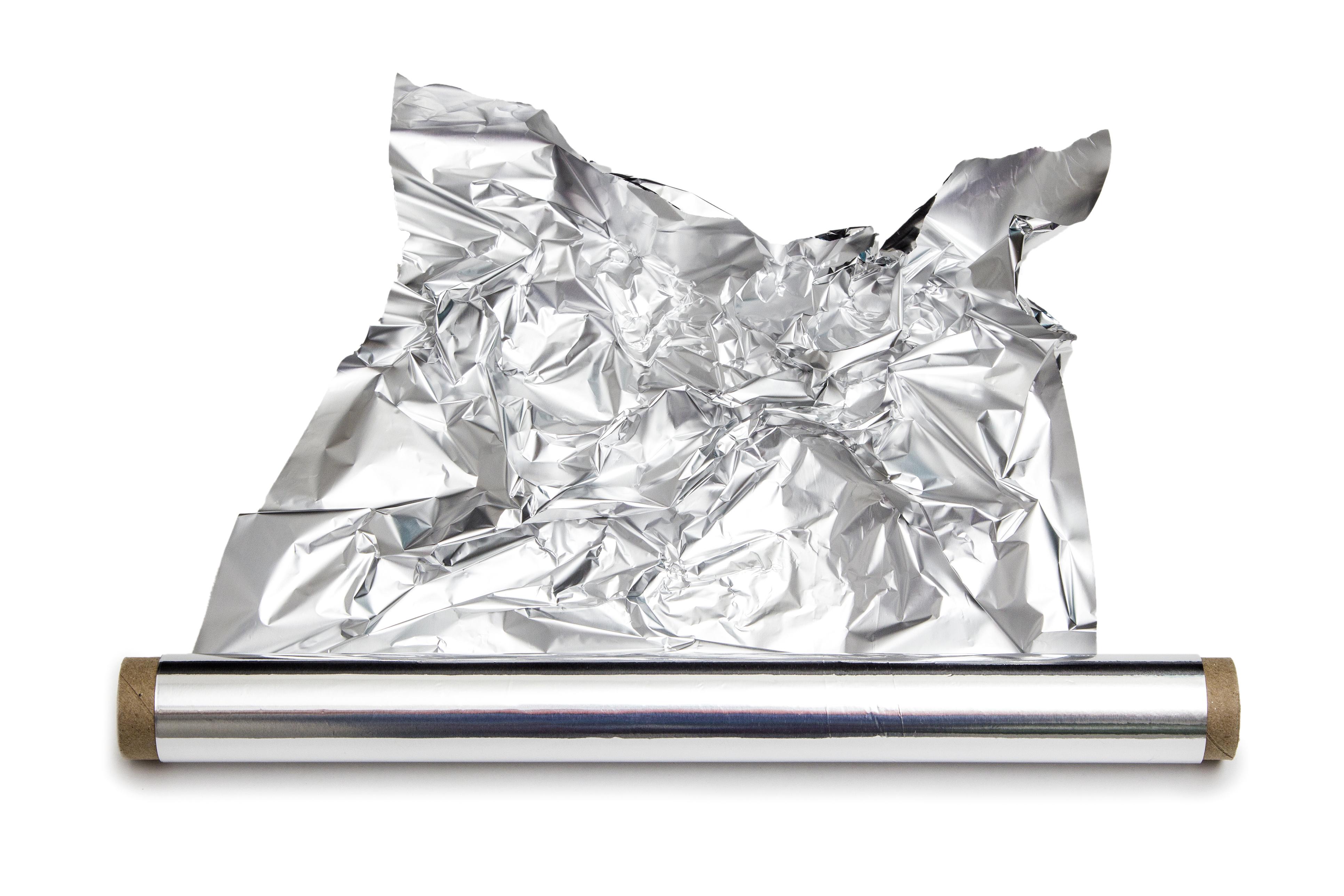 <p><strong>Алуминиево фолио.</strong></p>  <p>Всеки предмет, който има съдържание на метали, е опасен за микровълновата ви.&nbsp;</p>