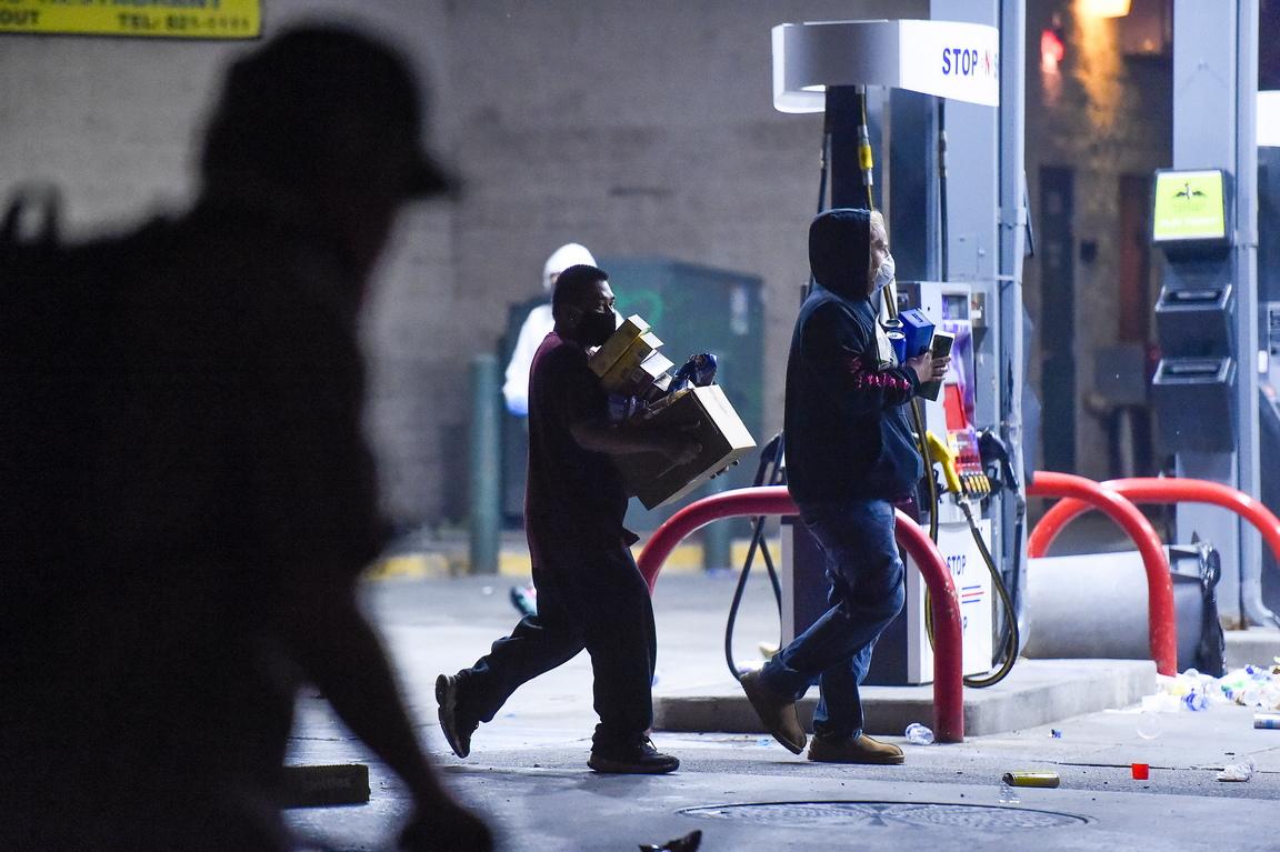 <p>Кметът на американския град Минеаполис обяви комендантски час заради масовите безредици, пламнали след смъртта на афроамериканеца Джордж Флойд, предизвикана от полицейско насилие.</p>