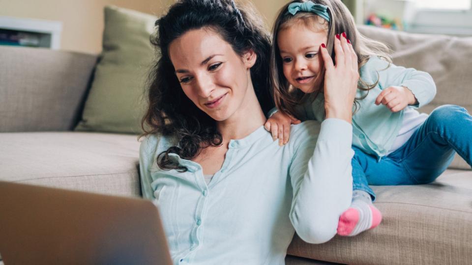 майка дете лаптоп