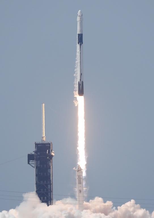 <p>Ракетата Falcon 9 с двама астронавти на НАСА на борда на космическия кораб Crew Dragon, бе изстреляна към Международната космическа станция</p>