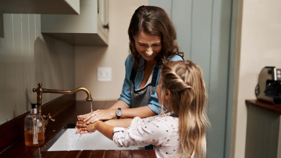 <p>Кои са основните <strong>домакински умения</strong>, на които трябва <strong>да научим</strong> децата си преди <strong>пълнолетие</strong></p>