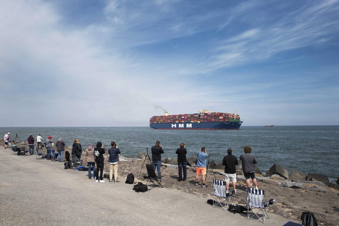 <p>Хора наблюдават най-големият контейнеровоз в света HMM Algeciras, пристигащ в Ротердам, Холандия.</p>