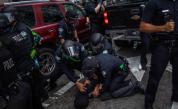 Полицаи арестуват протестиращ в САЩ