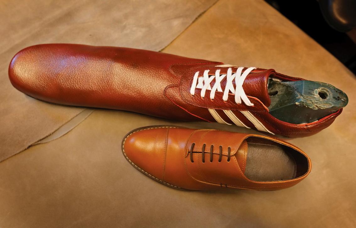 <p>Обущарят произвежда на ръка всеки чифт обувки за социални дистанции, с размери 75 сантиметра, използвайки най-добрата естествена кожа, ръчни инструменти плюс своя 39-годишен професионален опит.</p>
