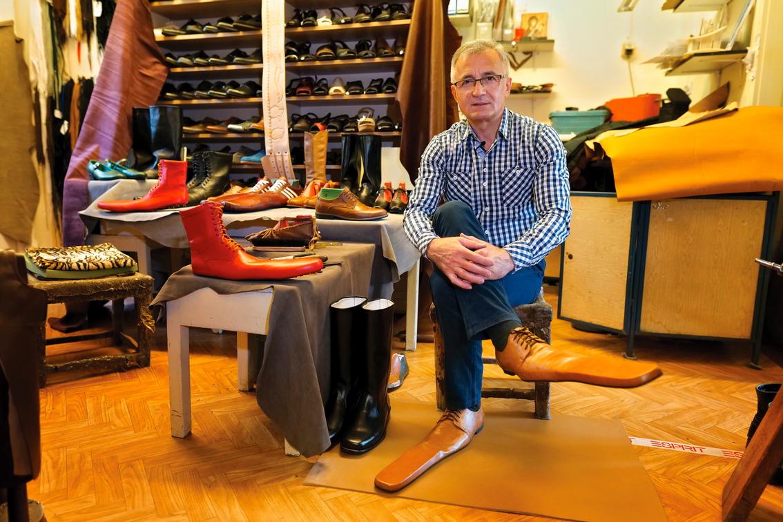 <p>Обущаря, който успя да преживее световната финансова криза от 2008 г., преминавайки от нормални обувки към производството на обувки за танцови компании и театри, обърна недостатъка на пандемията Covid-19 в своя полза, произвеждайки обувки за социални дистанции за мъже и жени.</p>