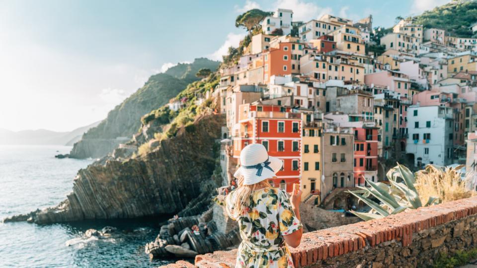 Италия Чинкуе Тере Риомаджоре лято море жена рокля пътешествие пътуване