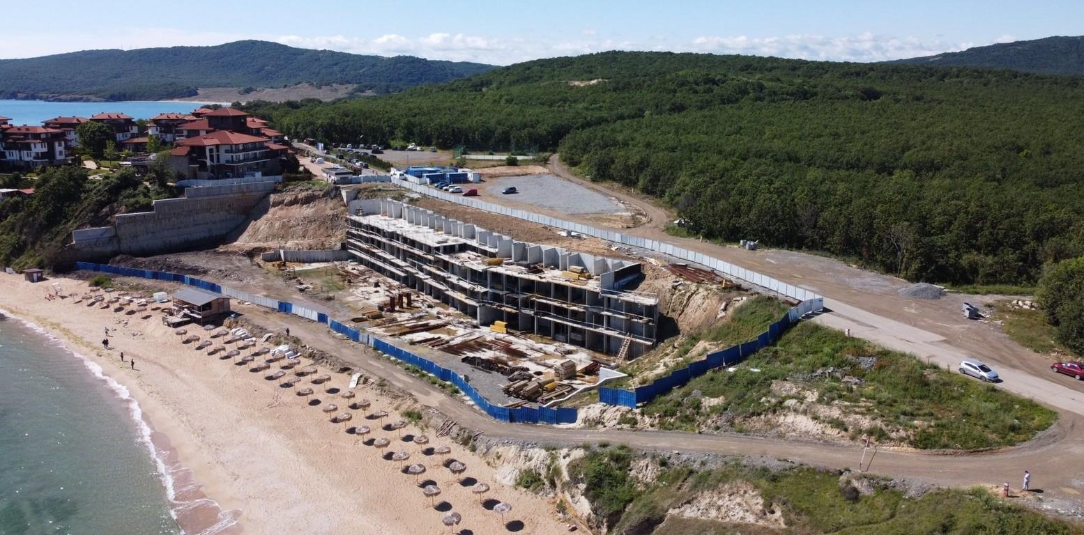 <p>Към момента няма яснота кога ще започне изпълнението на втория етап, а именно изграждането на хотелската част на плажа.</p>