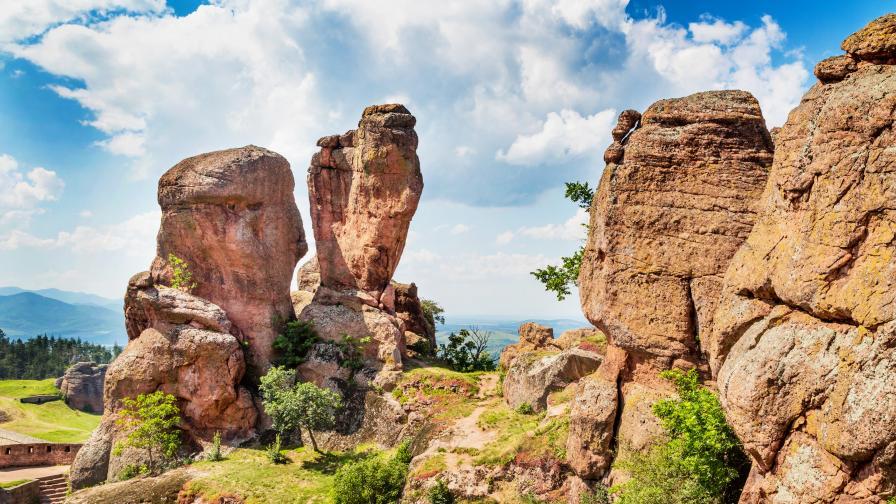 Величествени върхове, пещери, водопади - къде в България да се отбием това лято