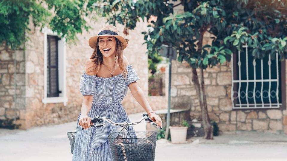 жена лято рокля шапка колело усмивка