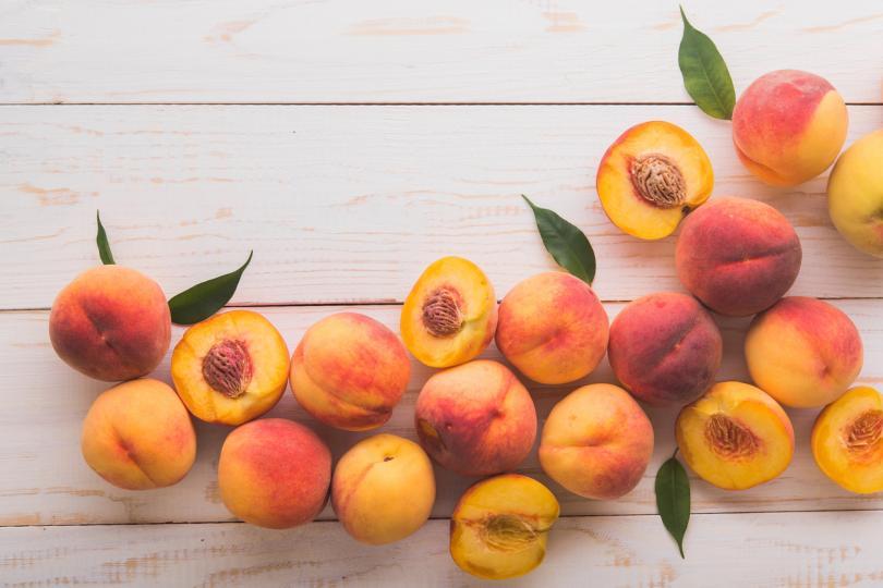 <p>Прасковите съвсем спокойно могат да бъдат наречени кралиците на плодовете и са втори по популярност след ябълките. Оцветяването им варира от кремаво жълто до червено.&nbsp;В Китай, от където произлизат, имат мистично значение и вещаят&nbsp;късмет, закрила и богатство.&nbsp;</p>