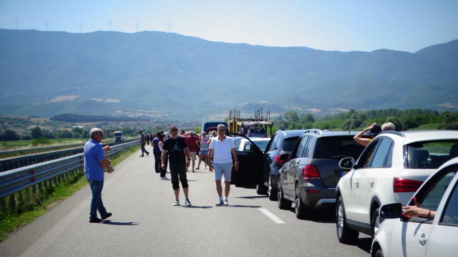 <p>Още по-голяма опашка на границата с Гърция</p>