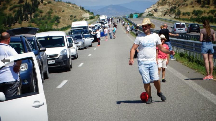 Огромна опашка от автомобили за влизане в Гърция (СНИМКИ)