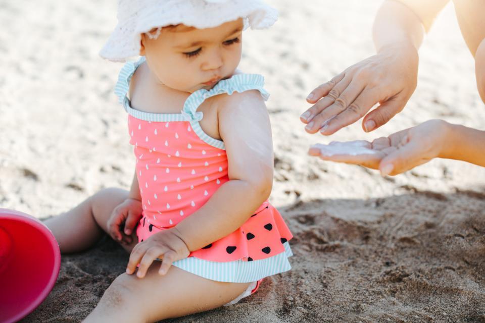 деца дете бебе лято море ваканция почивка плаж слънце слънцезащита