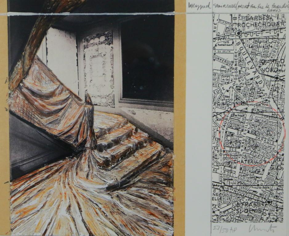 <p>Към литографиите и фотогравюрите са представени и разнообразни текстове за личността и творчеството на Кристо от американските критици Michаel Kimmelman/&ldquo;The New York Times&ldquo;/, Jerry Saltz, руската журналистка Анна Толстова /&quot;Коммерсантъ Weekend&quot;/, написани веднага след смъртта на Кристо.</p>