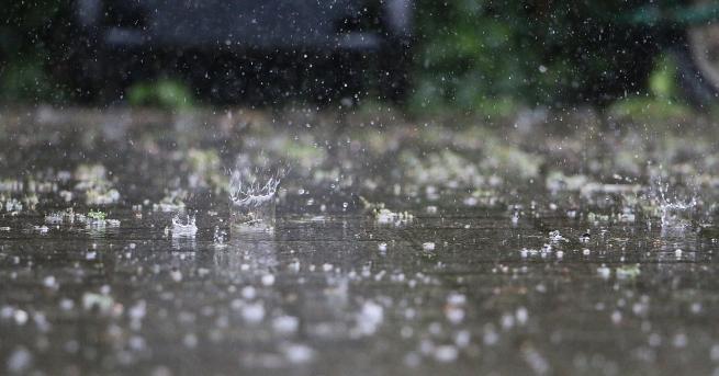 България Поройни дъждове заляха къщи, улици и земеделски земи в