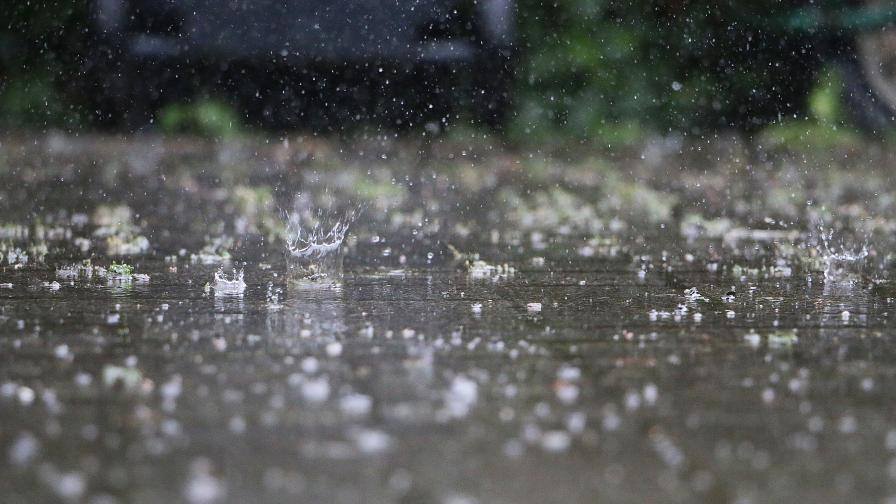 Поройни дъждове заляха къщи, улици и земеделски земи в Добричко
