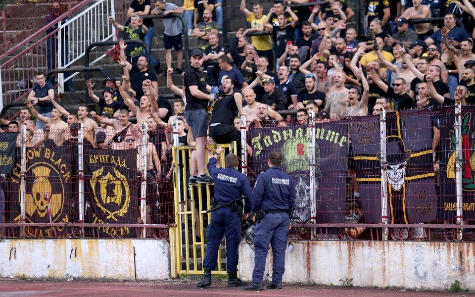 Феновете на Ботев Пловдив продължават с атаките си срещу ръководството,