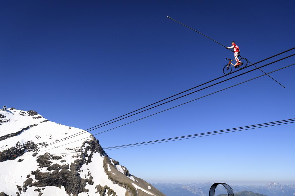<p>След това той измина повече от 360 метра с колело, преди да измине 150 метра, със завързани очи, на надморска височина над 200 метра.</p>