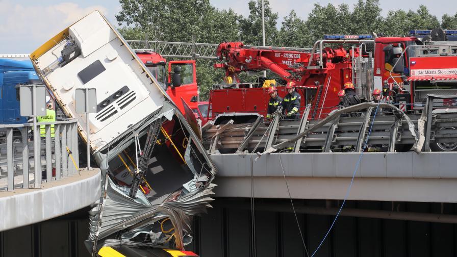 Автобус падна от мост във Варшава, жертви