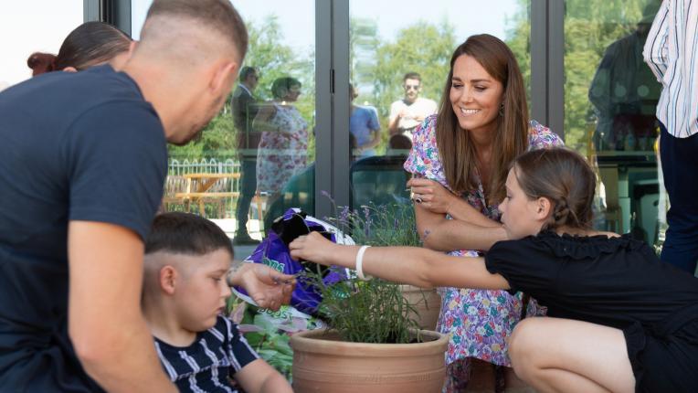 Кейт Мидълтън засади растения за деца в хосписи