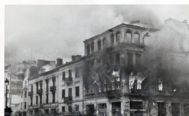Горящи сгради на пл. Св. Неделя след въздушна бомбардировка над София по време на Втората световна война. 1943 г