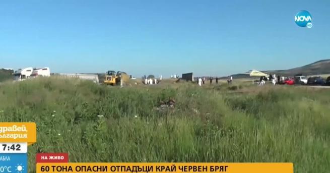 България Втори ден изравняват опасните отпадъци, открити край Червен бряг