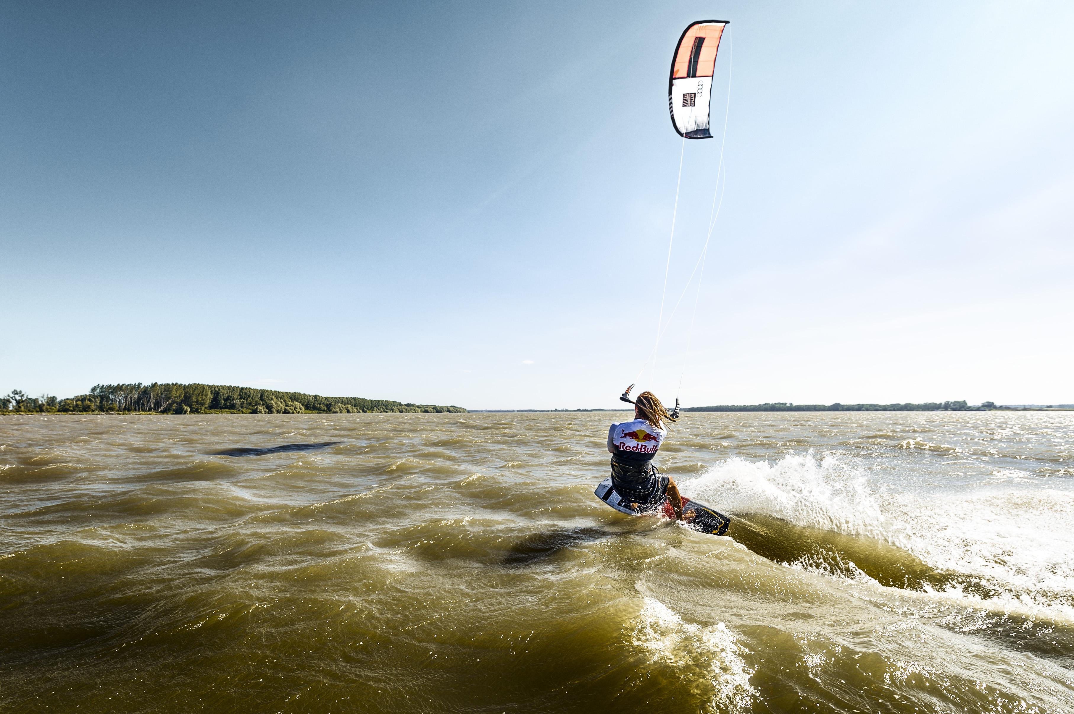 <p>Кайтсърфистът Никола Абаджиев постави нов европейски рекорд за най-дълго изминато разстояние по река с кайтсърф.</p>